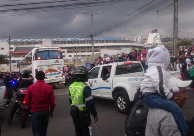 Hinchas de Liga silbaron al bus y jugadores de River Plate ...