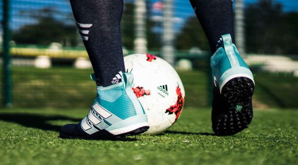 e28d45e7911 adidas presentó su nueva variedad de zapatos para jugar fútbol y para la  calle. Foto