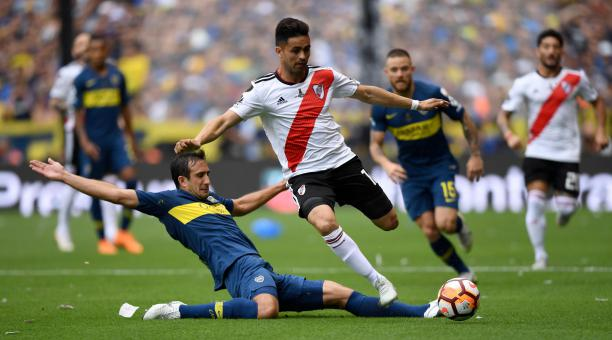 El  millonario  Gonzalo Martínez (der.) controla el balón ante la marca a4b035fc2a10d