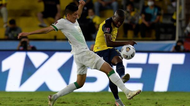 Enner Valencia de Ecuador disputa el balón con Ramiro Vaca de Bolivia hoy, en un partido de las eliminatorias sudamericanas para el Mundial de Catar 2022 en el estadio Monumental en Guayaquil (Ecuador). Foto: EFE