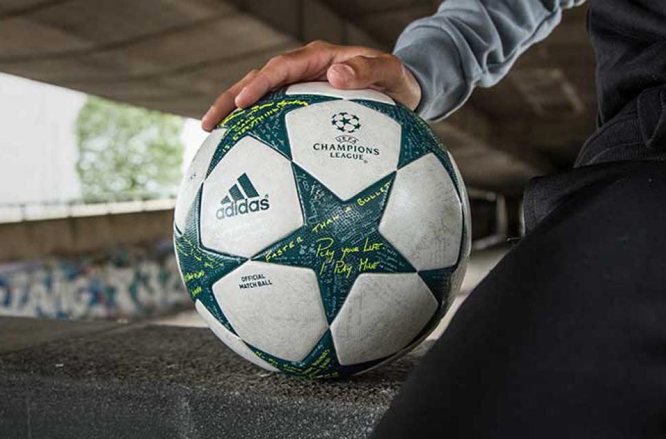 171c12bee5ac1 El balón de la Champions League tiene escritos mensajes de algunos ...